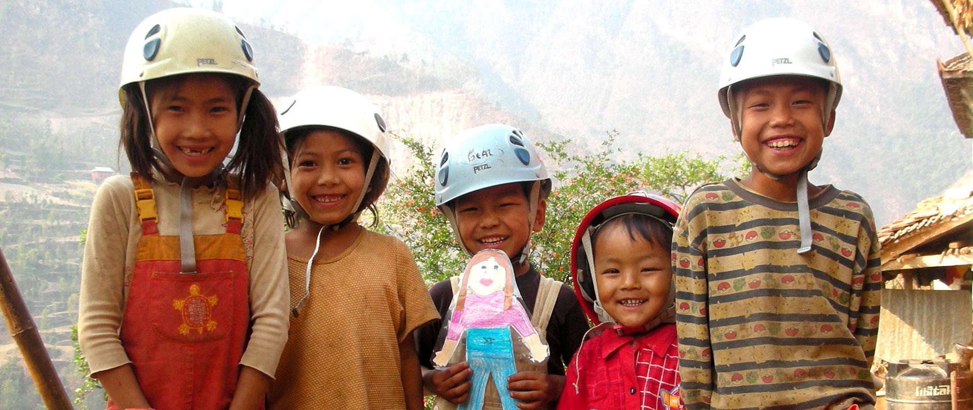 Ecoliers et écolières scolarisés grâce à Himalpyramis