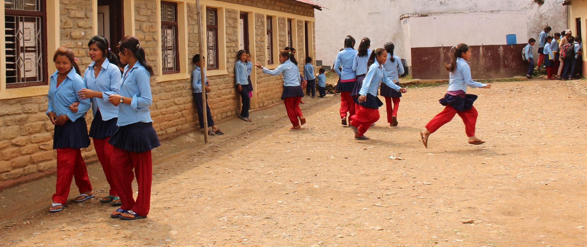 Enfants d'un collège au Népal aidés par Himalpyramis